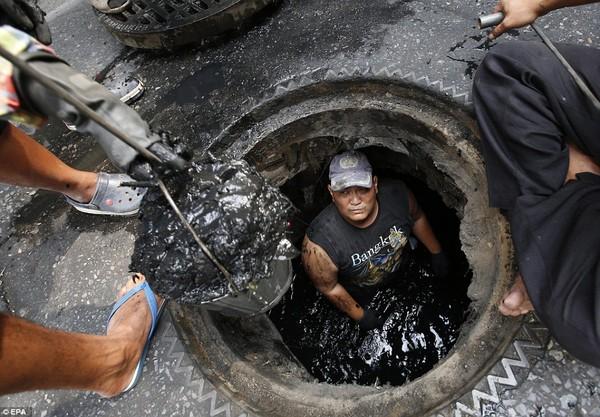 Công nhân hút bể phốt làm việc trong môi trường ẩn chứa nhiều mầm bệnh.